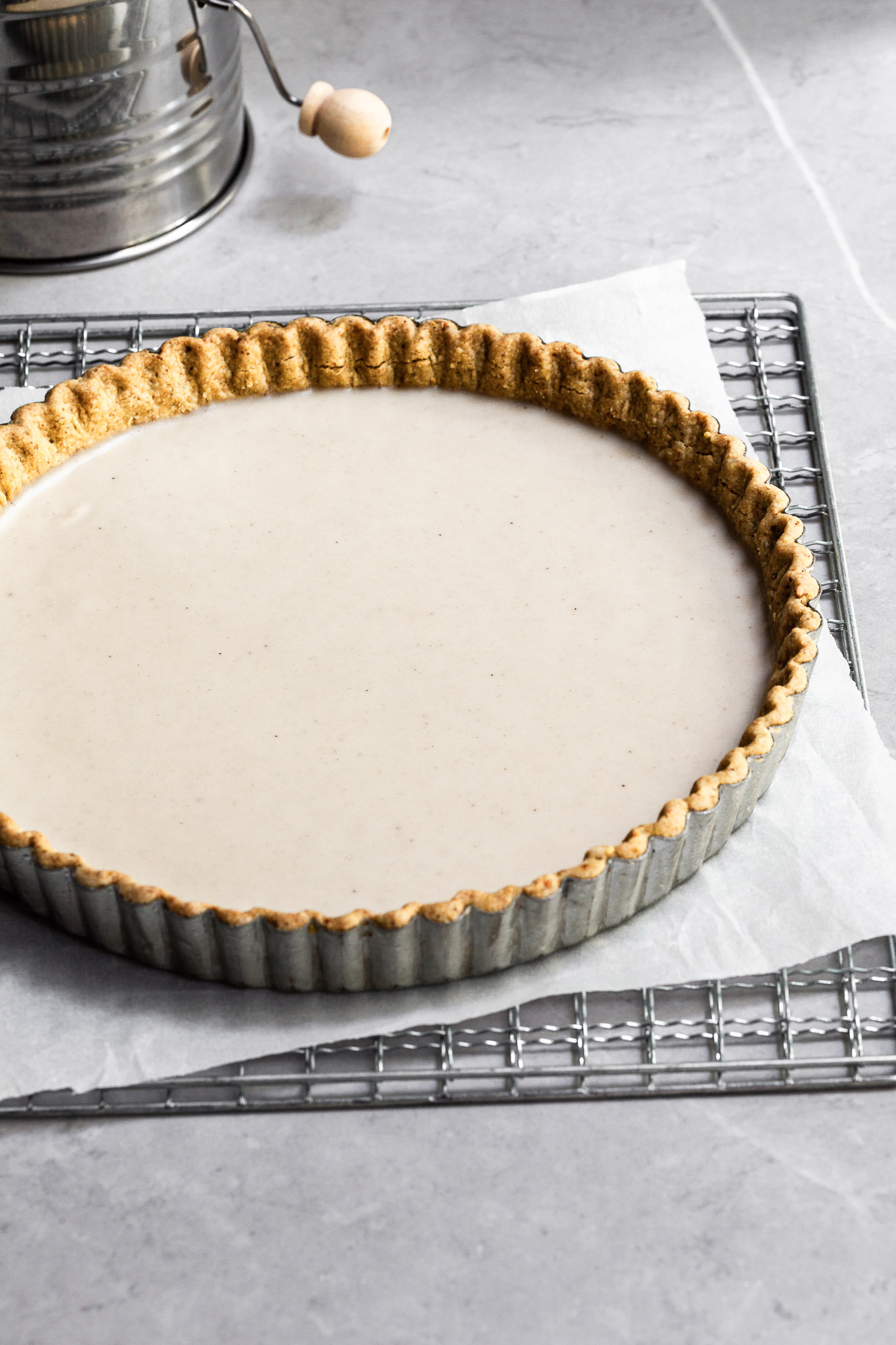 Round tart crust filled with a layer of white chocolate ganache
